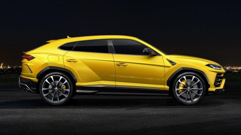 Lamborghini Urus looks