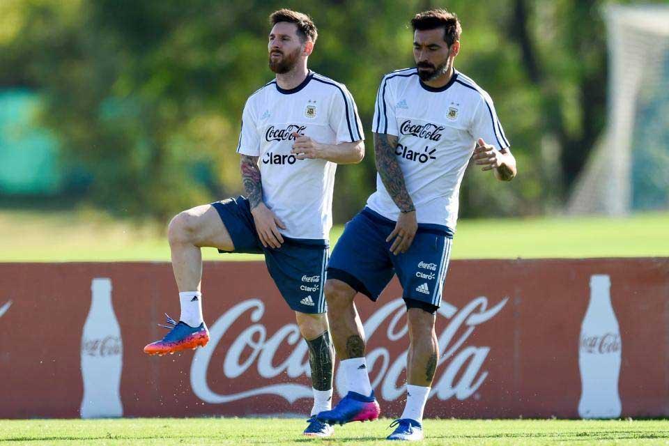 messi and Ezquiel Lavezz