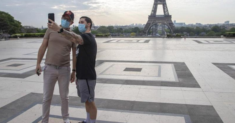 Tourists Clicking Pictures Near Eiffel Tower | medics fear worst is yet to come in France