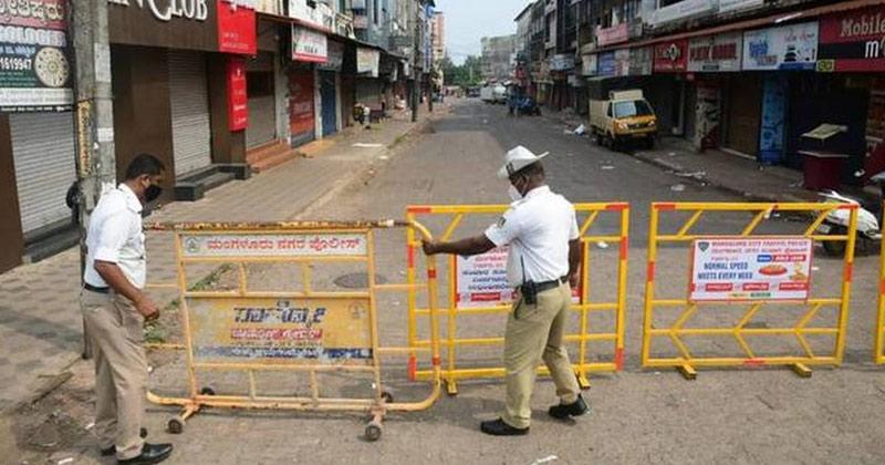 Traffic police personnels placing barriers on road   Karnataka Lockdown